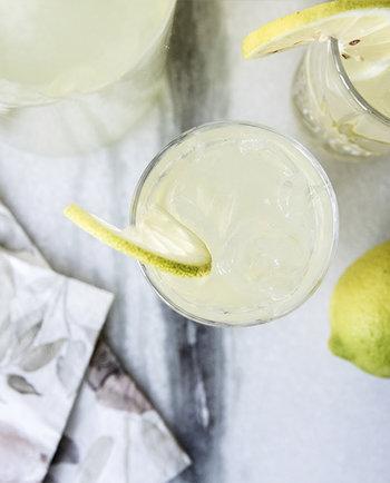 Ta med solen och C-vitaminerna in i hösten med hemlagad lemonad